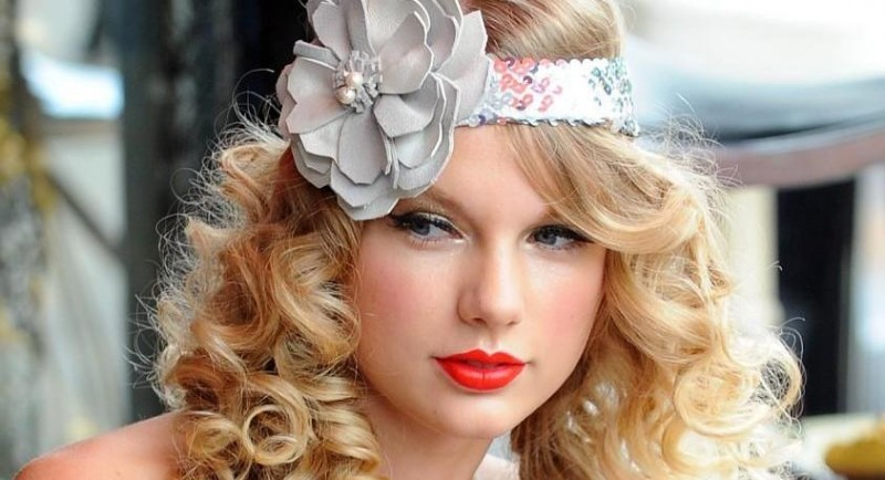 Taylor Swift Soft Curly Hairstyles With Straight Hair