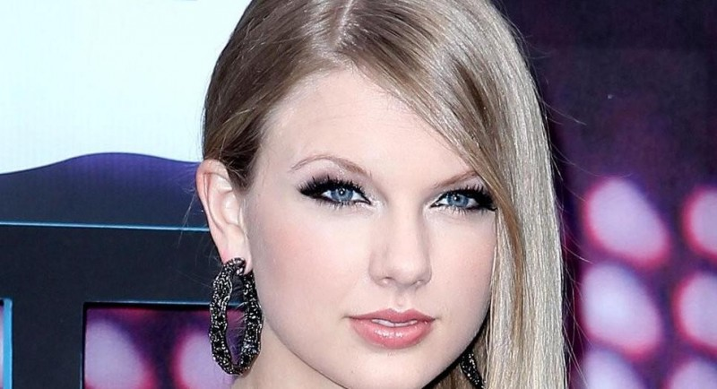 Taylor Swift Visible Roots Red With Straight Hair