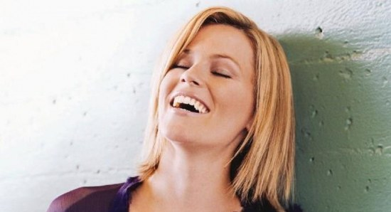 Elizabeth Banks laughing in a photoshoot