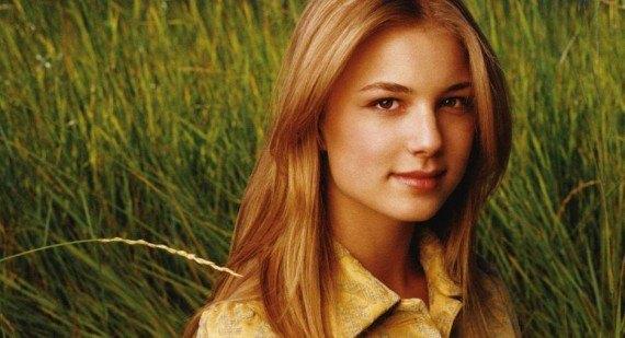 Emily VanCamp hits out against plastic surgery