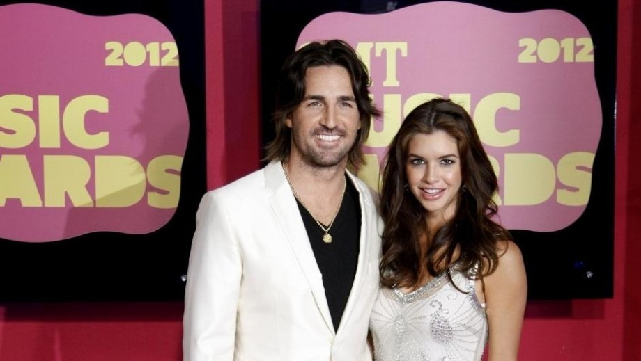 Jake Owen enjoys life on road as concert headliner with family