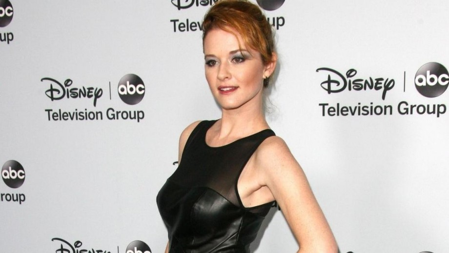 "Sarah Drew returns to stage with ""The Hound of the Baskervilles"""